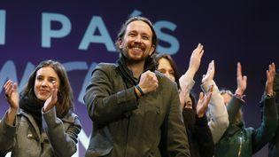 Le leader du parti Podemos, Pablo Iglesias,salue ses partisans après les élections législatives, le 20 décembre 2015, à Madrid (Espagne). (SERGIO PEREZ / REUTERS)