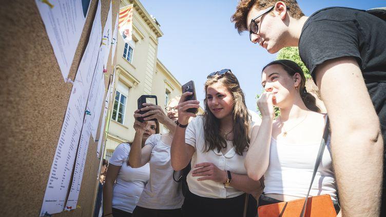 Des lycéens consultent leurs résultats dubaccalauréat, le 5 juillet 2019 àGrasse (Alpes-Maritimes). (FREDERIC DIDES / HANS LUCAS / AFP)