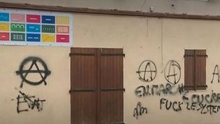 Une permanence LREM a été taguée dans la nuit de lundi à mardi, en Ariège. Un phénomène qui se multiplie ces derniers temps... Retour sur les faits. (FRANCE 3)
