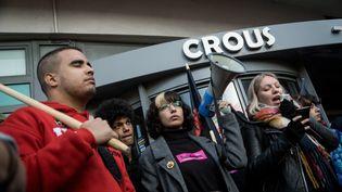 Des jeunes manifestent contre la précarité étudiante devant un Crous de Lyon, le 12 novembre 2019, après l'immolation par le feu d'un étudiant de Lyon 2, le 8 novembre 2019. (NICOLAS LIPONNE / NURPHOTO / AFP)