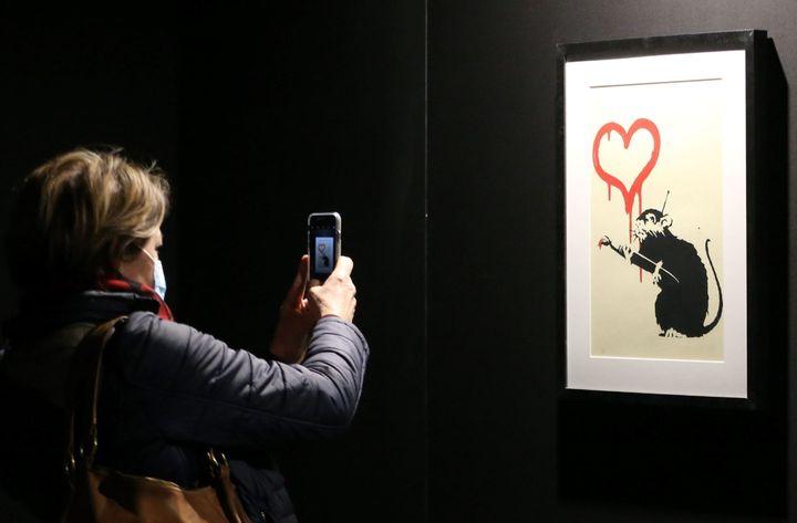 """L'œuvre de Banksy """"Love Rat"""" lors de l'exposition non autorisée """"Building Castles in the Sky"""" à Bâle. (PHOTOPQR/L'ALSACE/MAXPPP)"""
