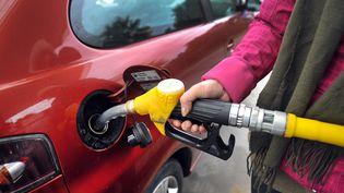 Un automobiliste met du gazole dans sa voiture, le 25 janvier 2012 à Pont-l'Abbé (Finistère). (FRED TANNEAU / AFP)