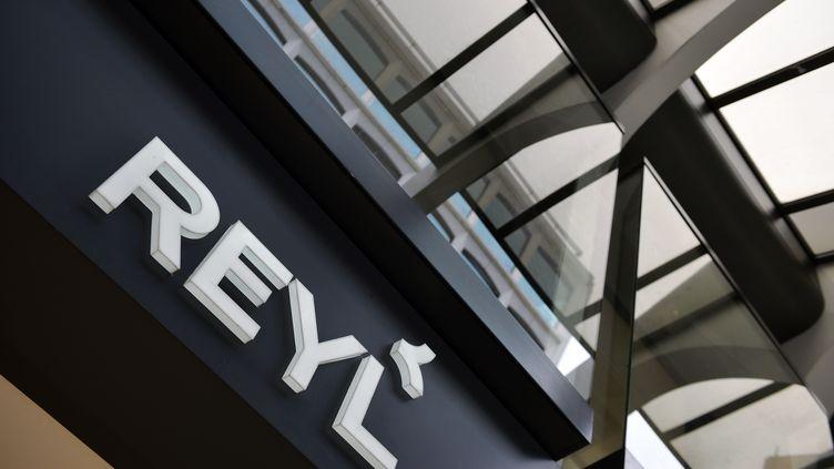 L'entrée de la banque Reyl à Genève (Suisse), le 8 avril 2013. (FABRICE COFFRINI / AFP)