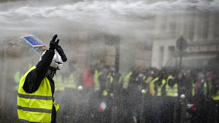"""Un manifestant """"gilet jaune"""" près de l'avenue Marceau à Paris, le 8 décembre 2018. (IAN LANGSDON / EPA)"""