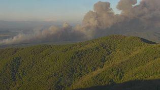 Vue du massif des Maures, en proie aux flammes, le 17 août 2021. (HANDOUT / SECURITE CIVILE)