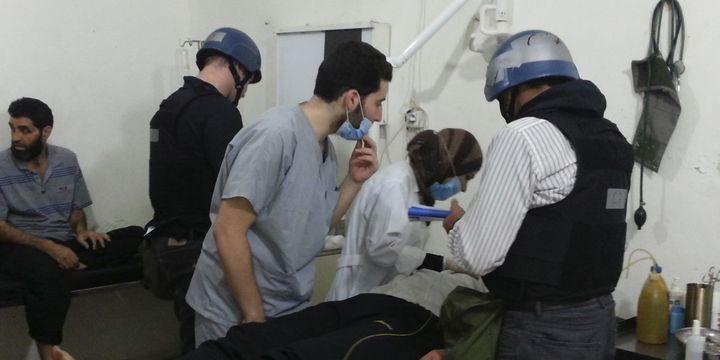 Experts des Nations Unies en train d'examiner des victimes d'une possible attaque chimique à l'hôpital de Mouadamiya près de Damas le 26-8-2013. (Reuters - Abo Alnour Alhaji)