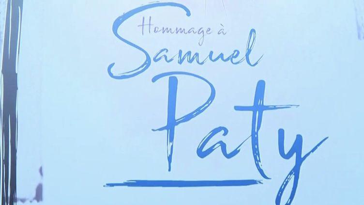 Une deuxième journée d'hommage à Samuel Paty s'est tenue samedi 16 octobre, un an jour pour jour après l'assassinat de l'enseignant de 47 ans. À Éragny-sur-Oise (Val-d'Oise), où il vivait, et à Conflans-Sainte-Honorine (Yvelines), où il exerçait, l'émotion est toujours vive. (Capture d'écran France 3)