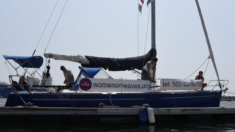 Le bateau de l'avortement de l'ONG Women on Wavesarrive dans le port de San Jose, au Guatemala, le 23 février 2017. (JOHAN ORDONEZ / AFP)