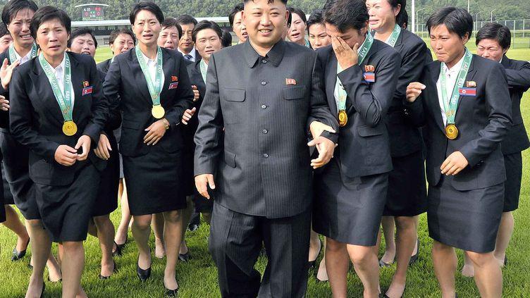 Le dictateur nord-coréen Kim Jong-un avec des membres de l'équipe féminine de football nationale, le 1er août 2013. (KNS / KCNA)