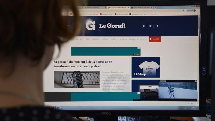 Une internaute regarde la page d'accueil du Gorafi, site parodique d'actualité. (JEAN-CHRISTOPHE BOURDILLAT / RADIO FRANCE)