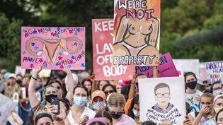 Des manifestants défilent contre la loi anti-avortement au Texas, le 2 octobre 2021, à Austin (Texas, Etats-Unis). (SERGIO FLORES / AFP)