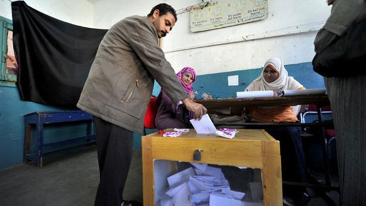 Un Egyptien vote au Caire pour le référendum sur la Constitution (19 mars 2011) (AFP / Aris Messinis)