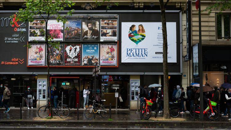 Des spectateurs attendent d'entrer dans un cinéma à Paris, le 19 mai 2021. (DELPHINE LEFEBVRE / HANS LUCAS / AFP)
