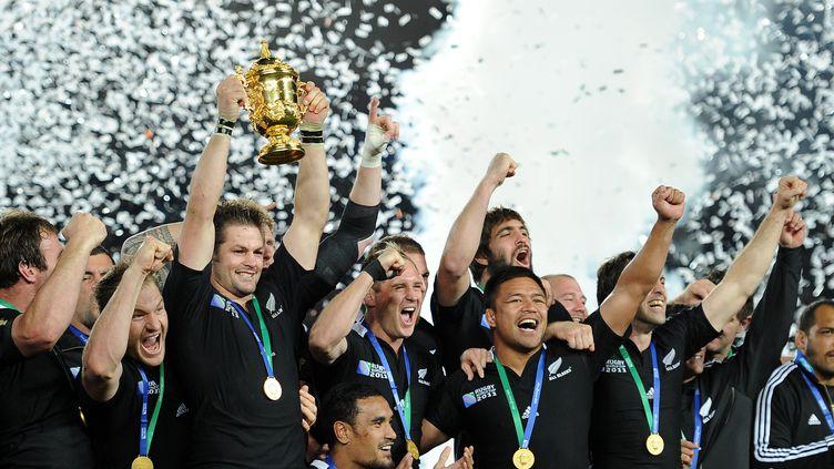 Les Néo-Zélandais célèbrent leur victoire en finale de la Coupe du monde de rugby à Auckland (Nouvelle-Zélande), le 23 octobre 2011. (FRANCK FIFE / AFP)
