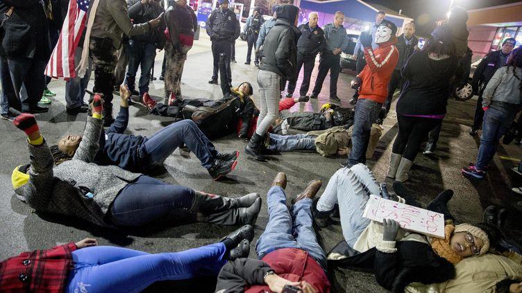 """Des manifestants organisent un """"die-in"""" sur le parking de la station-service où a été abattu Antonio Martin, à Berkeley, dans le Missouri, le 24 décembre 2014. (REUTERS )"""