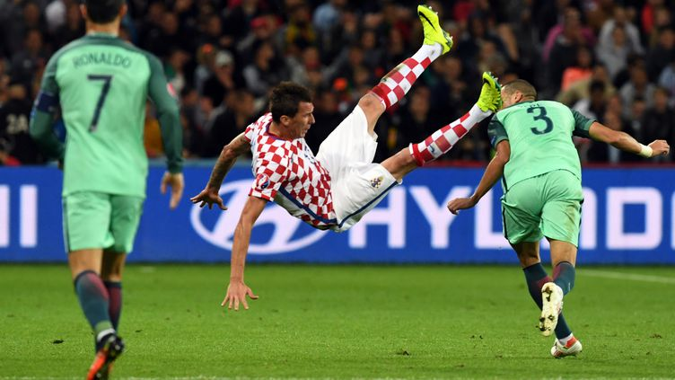 L'attaquant croate Mario Mandzukic, lors du 8e de finale de l'Euro contre le Portugal, le 25 juin 2016 à Lens (Pas-de-Calais). (FRANCISCO LEONG / AFP)