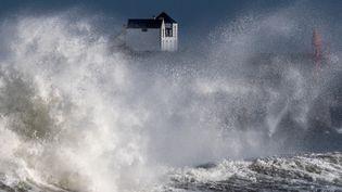 De grosses vagues se brisent sur la côte àLesconil (Finistère) lundi 28 décembre 2020. (LOIC VENANCE / AFP)