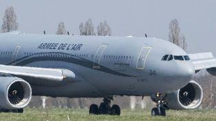Un Airbus A330 de l'Armée a atterri à Mulhouse le 18 mars 2020 pour évacuer des patients atteints de coronavirus vers Toulon et Marseille. (SEBASTIEN BOZON / AFP)