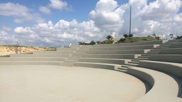 (Un amphithéâtre a été construit sur le centre d'enfouissement des déchets de Saïda © Radio France / Pierrick Bonno)