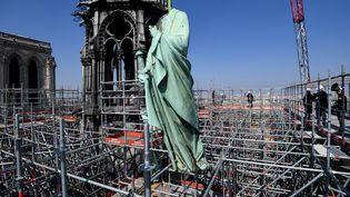 Une statue de cuivre de la cathédrale Notre-Dame déposée le 11 avril 2019, dans le cadre des travaux de restauration de l'édifice. (BERTRAND GUAY / AFP)