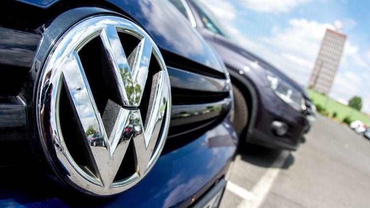 Le logo de Volkswagen, sur une voiture de la marque en Allemagne, le 14 juin 2018. (HAUKE-CHRISTIAN DITTRICH / DPA)