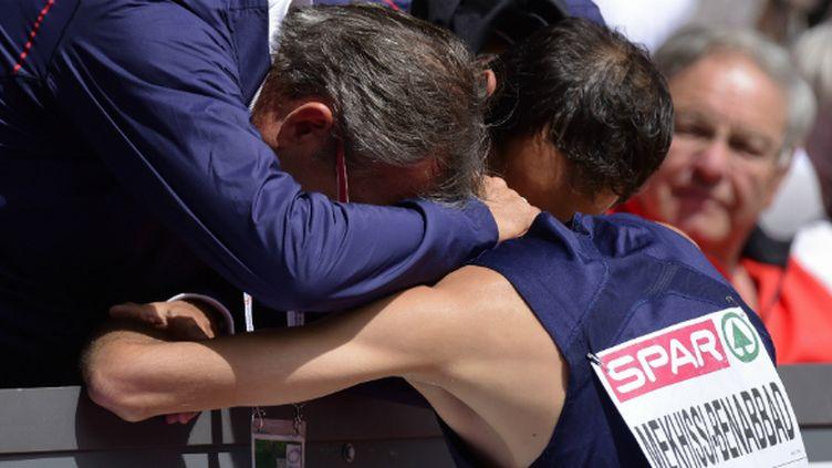 Philippe Dupont et Mehdi Baala réconfortent Mahiedine Mekhissi à l'arrivée du 1.500 mètres