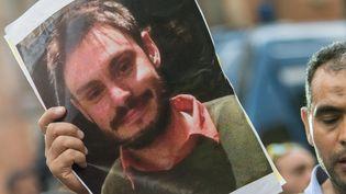 Le 25 juillet 2016 à Rome (Italie), un homme tient une photo de Giulio Regeni pour réclamer la vérité sur sa disparition et sa mort. (STEFANO RONCHINI / CITIZENSIDE / AFP)