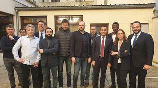 """Le vice-Premier ministre italien Luigi Di Maio (portant une cravate rouge) lors de sa rencontreavec des """"gilets jaunes"""", mardi 5 février 2019, à Montargis (Loiret). (LUIGI DI MAIO / INSTAGRAM)"""