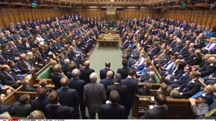 Les députés se réunissent à la Chambre des communes, pour rendre hommage au député travailliste Jo Cox, le 20 juin 2016 (AP / SIPA)