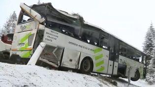 Hiver : la neige provoque un accident de car dans le Doubs (FRANCE 3)