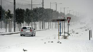 Une voiture sous la neige à Montpellier (Hérault), le 28 février 2018. (MAXPPP)