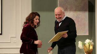 """La pièce de théâtre """"Une heure de tranquillité"""" réunit sur scène François Berléand et Isabelle Gélinas. (CAPTURE ECRAN FRANCE 2)"""