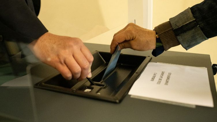 Un électeur vote pour les régionales en Bretagne, le 20 juin 2021,à Dinan (Côtes-d'Armor). (MARTIN BERTRAND / HANS LUCAS / AFP)