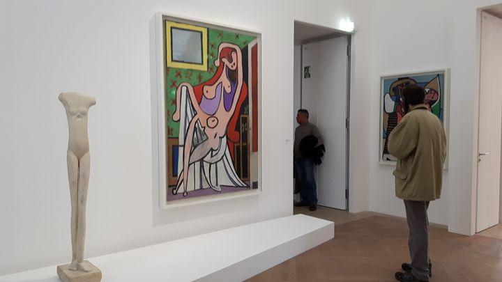 """Le """"Grand nu au fauteuil rouge"""" de Pablo Picasso, exposé au musée Picasso à Paris, le 23 décembre 2016. (ANNE CHÉPEAU /franceinfo)"""
