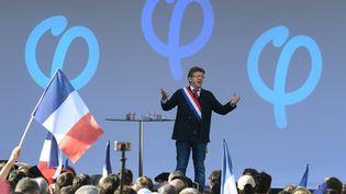 Jean-Luc Mélenchon prononce un discours lors d'une manifestation contre la réforme du Code du travail à Paris, samedi 23 septembre 2017. (CHRISTOPHE ARCHAMBAULT / AFP)