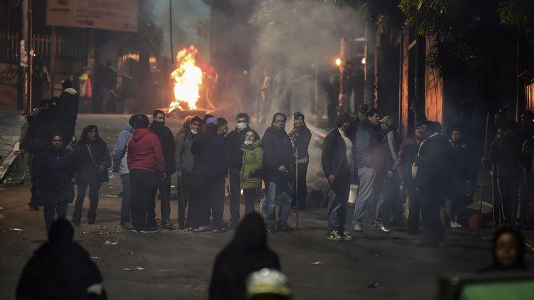 Des Boliviens bloquent une rue dans les environs de la place principale de La Paz, en Bolivie, le 11 novembre 2019. (RONALDO SCHEMIDT / AFP)