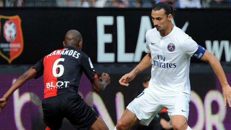 Zlatan Ibrahimovic (PSG) face à Fernandes (Rennes) (JEAN-FRANCOIS MONIER / AFP)