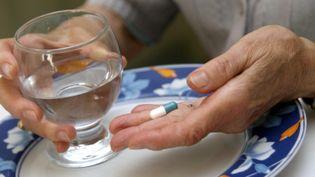 Une personne âgée prenant un médicament (MAXPPP)