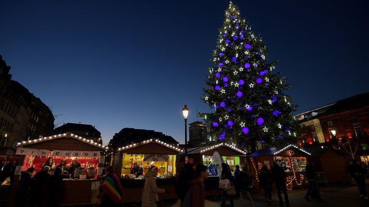 Le marché de Noël de Strasbourg (Bas-Rhin), le 28 novembre 2016. (PATRICK HERTZOG / AFP)