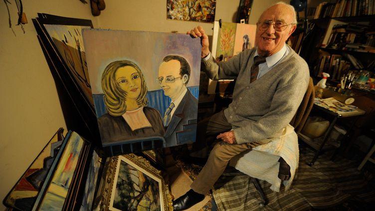 Jean Viacroze, 99 ans, a peint un portrait de ValérieTrierweiler et FrancoisHollande, qu'il voulait offrir au Président lors de la cérémonie des vœux aux Corréziens, le 18 janvier dernier. (  MAXPPP)