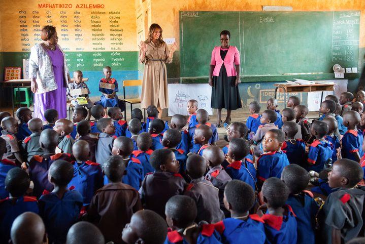 La première dame des Etats-Unis Melania Trump en visite dans une école primaire du Malawi lors de sa tournée africaine en solo, en octobre 2018. Dans la classe, pas un cheveu ne dépasse. (SAUL LOEB / AFP)