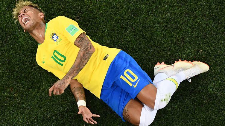 Le Brésilien Neymar se tord de douleur après un tacle du milieu de terrain suisseValon Behrami, le 17 juin 2018 àRostov-sur-le-Don (Russie). (JEWEL SAMAD / AFP)
