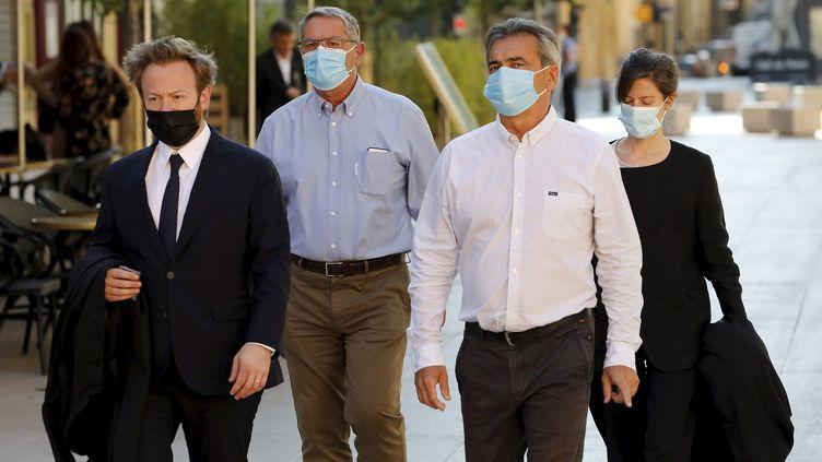 Les pilotes français Pascal Fauret (chemise bleue) et Bruno Odos (chemise blanche) arrivent à leur procès en appel, devant la cour d'assises spéciales d'Aix-en-Provence, le 7 juin 2021. (FRANK MULLER / MAXPPP)