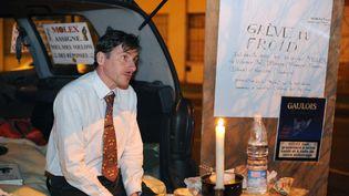 """Rémy Daillet-Wiedemanndevant l'usine Molex, dans la nuit du 2 au 3 février 2009 à Villemur-sur-Tarn, lors d'une """"Grève du Froid"""" pour protester contre la fermeture du site de l'équipementier automobile programmée en juin 2009. (REMY GABALDA / AFP)"""
