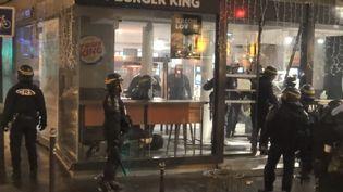 Des CRS interviennent pour déloger des manifestants du Burger King de l'avenue de Wagram, à Paris, le 1er décembre 2018. (PAUL-LUC MONNIER / STÉPHANE GUILLEMOT / FRANCE 2)