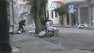 Des hommes courent sous les balles dans les rues de Homs (Syrie), le 20 janvier 2012. (FTVi / REUTERS)