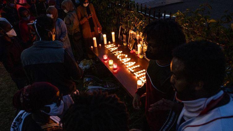 Personnes de la communauté oromo aux Etats-Unis se recueillant après l'annonce de l'assassinat d'Hachalu Hundessa, à Saint-Paul (Minnesota), le 30 juin 2020. (STEPHEN MATUREN / GETTY IMAGES NORTH AMERICA)
