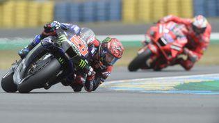 Fabio Quartararo (Monster Energy Yamaha) devance, au loin, Jack Miller (Ducati Lenovo Team) sur le Grand Prix de France, dimanche 16 mai, au Mans. (JEAN-FRANCOIS MONIER / AFP)