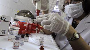 Une technicienne médicale pratique un test de dépistage du sida à Manille, aux Philippines, en 2008. (ROMEO GACAD / AFP)
