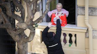 Une personne âgée ravitailléeà domicile pendant le confinement, le 29 mars à Nice (Alpes-Maritimes). (ARIE BOTBOL / HANS LUCAS)